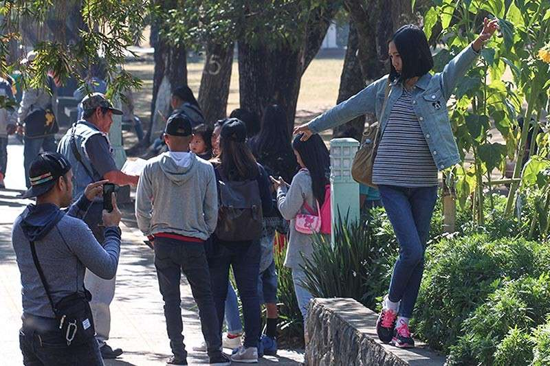 Baguio City prohibits PDA of couples in parks